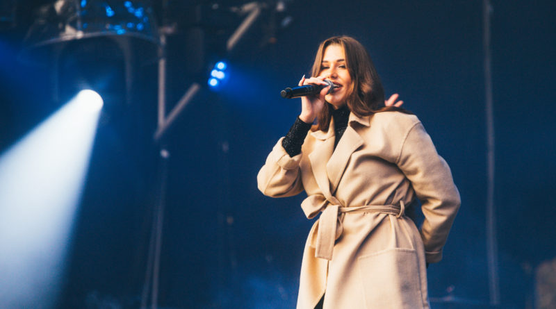 DIMARIA після концерту для української діаспори у Каліфорнії випустила нову відеороботу на пісню «Без тебе», в якій кожна дівчина зможе побачити свою історію кохання.
